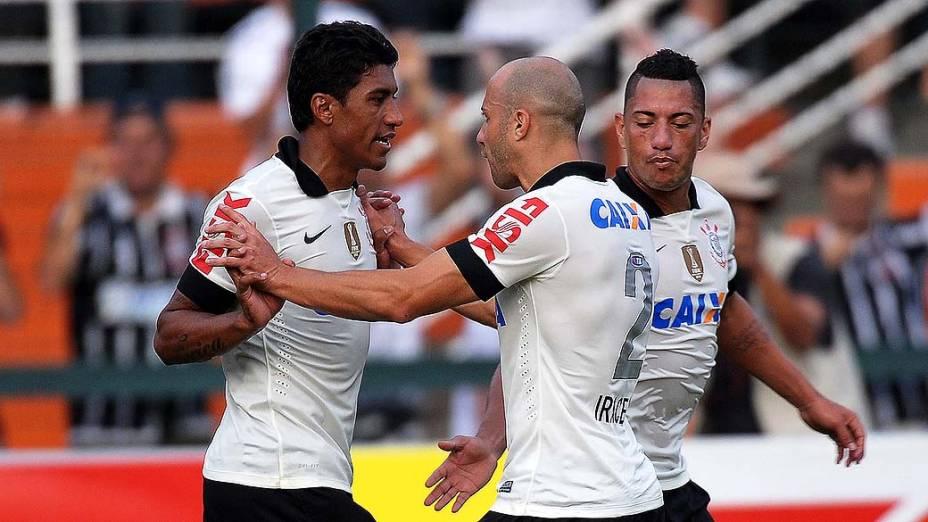 Paulinho comemora gol em primeira partida da final do Campeonato Paulista de Corinthians e Santos, no Pacaembu, São Paulo