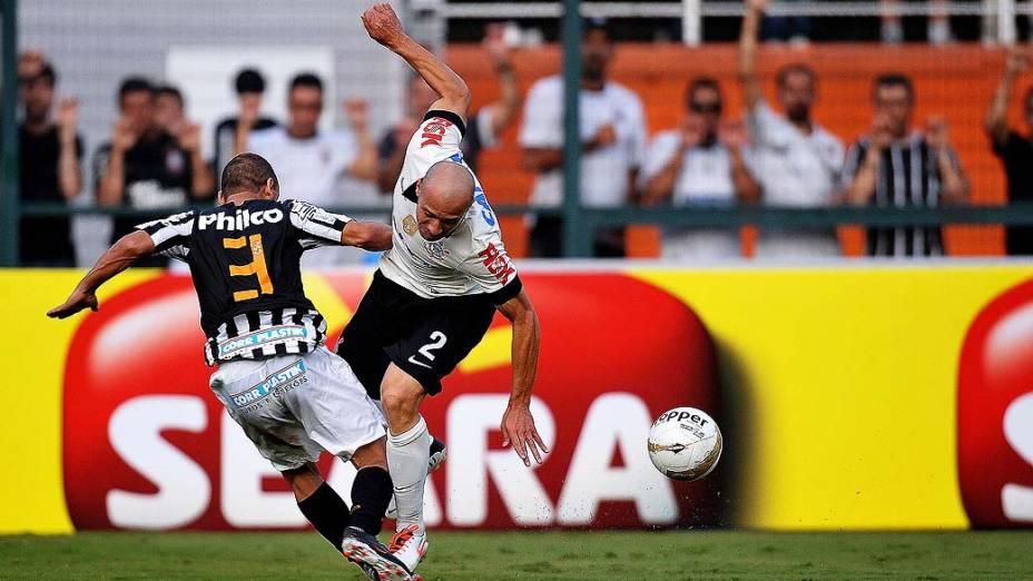 Léo e Alessandro disputam bola em primeira partida da final do Campeonato Paulista de Corinthians e Santos, no Pacaembu, São Paulo