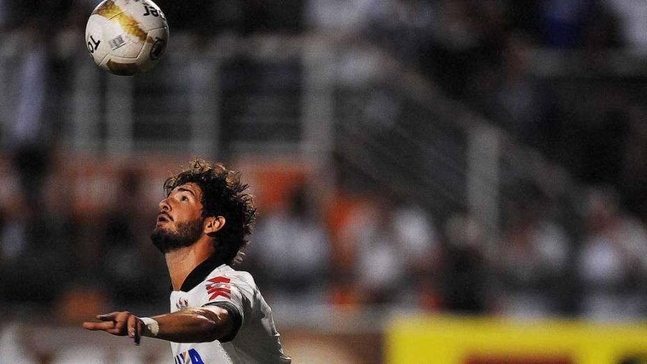 Alexandre pato durante primeira partida da final do Campeonato Paulista de Corinthians e Santos, no Pacaembu, São Paulo