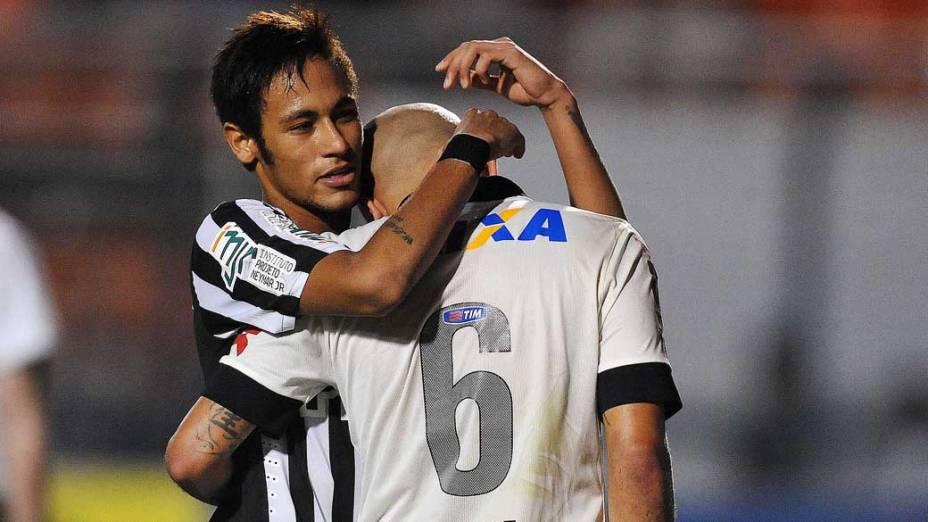 Alessandro do Corinthians e Neymar do Santos durante primeira partida da final do Campeonato Paulista no Pacaembu, São Paulo
