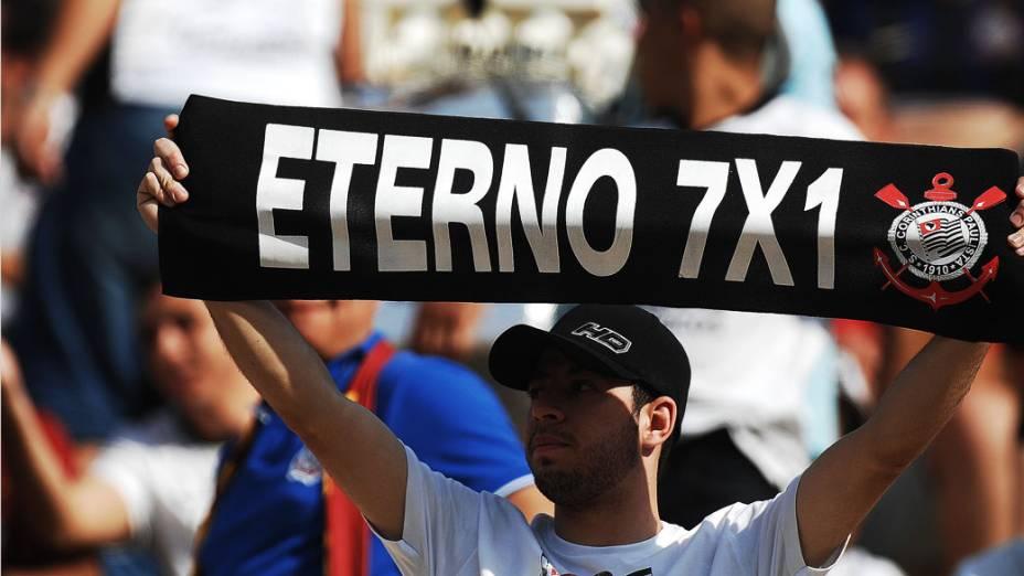 A torcida empurra o time na primeira partida da final do Campeonato Paulista, no Pacaembu