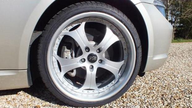 Detalhe da roda da BMW Série 6 com as iniciais VB de Victoria Beckham