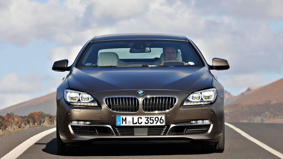 O modelo chega em versão única, 640i, com motor de seis cilindros em linha, 3.0 litros, turbo e 320 cv. Preço: 399.950 reais