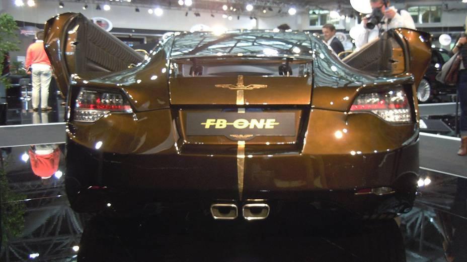 A empresa FB-One Tuning revestiu um Crossfire totalmente com fibra de carbono e as portas abrem para cima