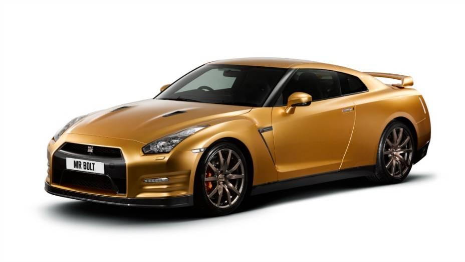 """Nissan GT-R exclusivo, dourado, com sistema de som Bose e emblemas com a inscrição """"SpecBolt"""""""
