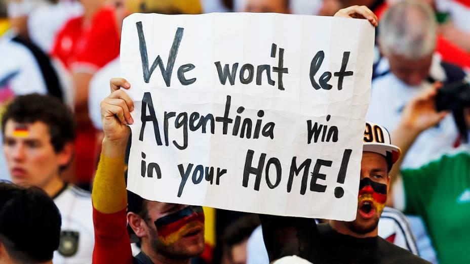 """Torcedores alemães seguram cartaz escrito em inglês """"não deixaremos a Argentina ganhar em sua casa"""" no Maracanã, no Rio"""