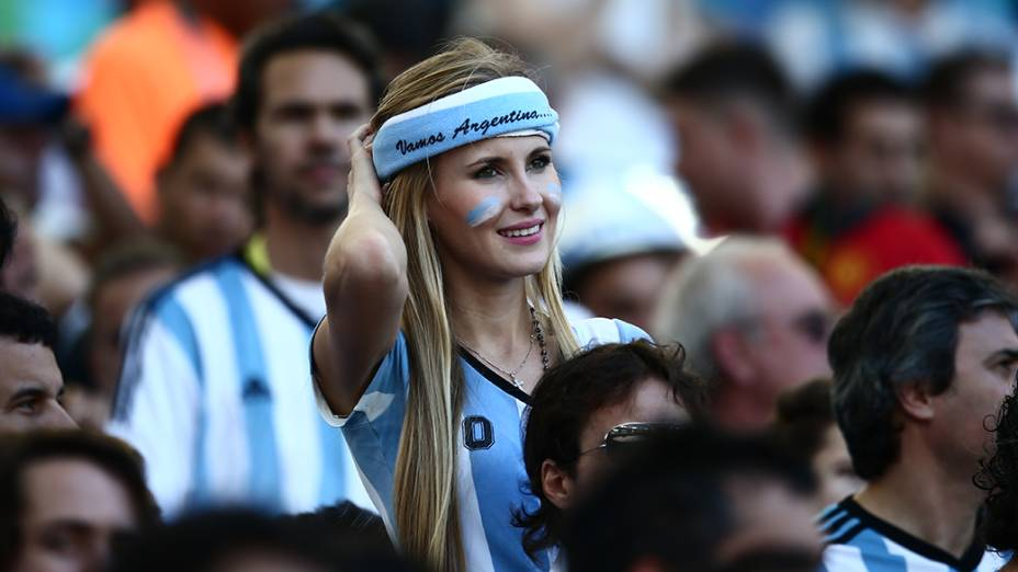 Torcedora da Argentina durante o jogo contra a Alemanha na final da Copa no Maracanã, no Rio