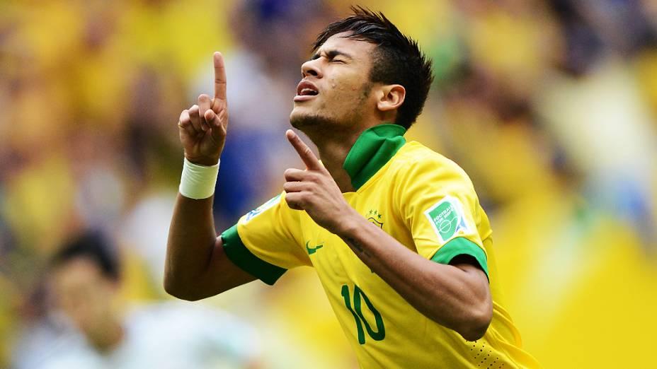Neymar marca o primeiro gol na Copa das Confederações em partida contra o Japão, em Brasília