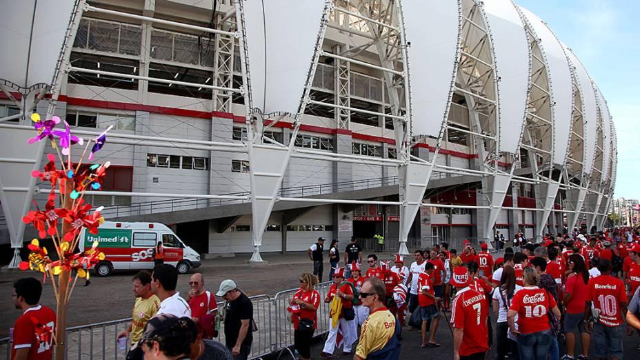 Público na entrada do Beira Rio para a festa reinauguração do estádio que será palco de partidas da Copa do Mundo 2014, neste sábado 05 de abril de 2014