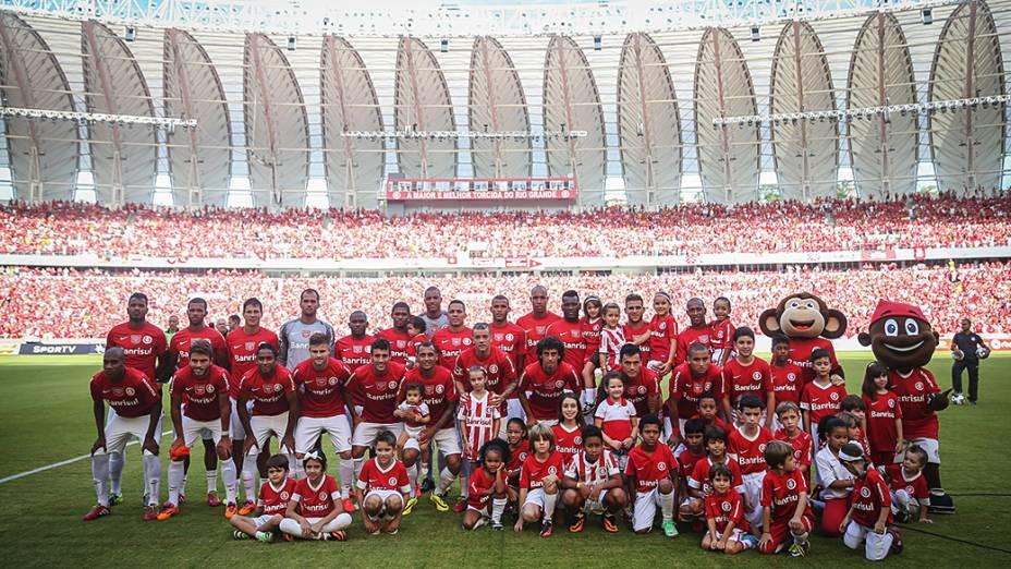 Elenco do Internacional antes da partida contra o Peñarol na reinauguração do estádio Beira Rio que será palco de partidas da Copa do Mundo 2014