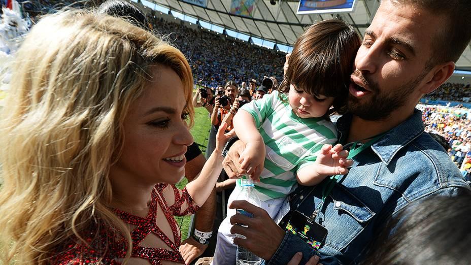 Shakira com o marido, o jogador espanhol Piqué, e o filho durante a cerimônia de encerramento da Copa do Mundo no Maracanã, no Rio