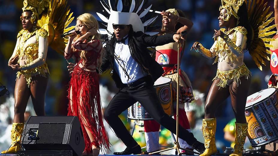 Carlinhos Brown e Shakira cantam durante a cerimônia de encerramento da Copa do Mundo no Maracanã, no Rio
