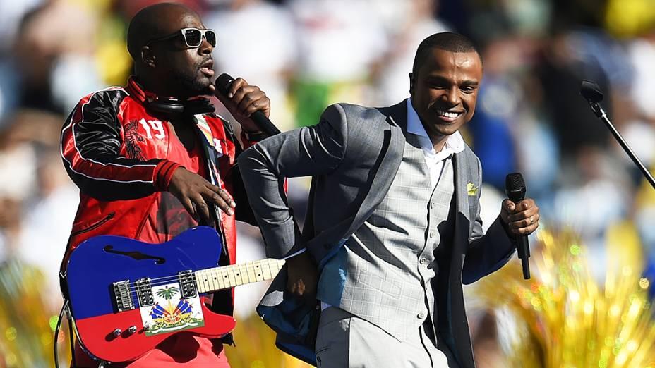 Alexandre Pires e o cantor haitiano Wyclef Jean cantam durante a cerimônia de encerramento da Copa do Mundo no Maracanã, no Rio