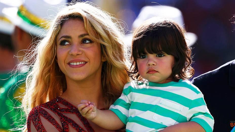 Shakira segura seu filho no colo durante a cerimônia da encerramento da Copa do Mundo no Maracanã, no Rio