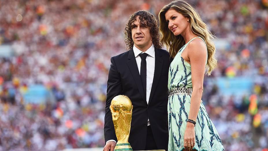 O ex-jogador espanhol Carles Puyol e a modelo Gisele Bündchen apresentam a Taça da Copa do Mundo na final no Maracanã, no Rio
