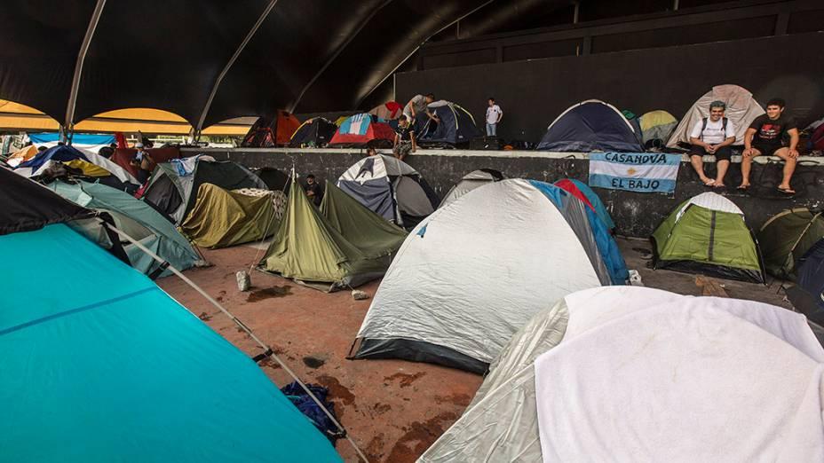 Torcedores argentinos montam acampamento no Terreirão do Samba, no Rio de Janeiro