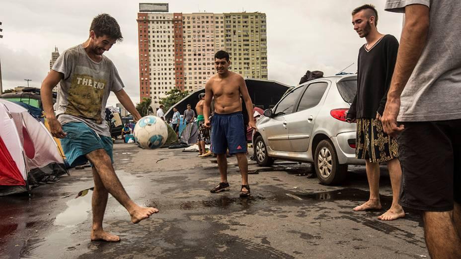Argentinos jogam futebol em acampamento no Rio de Janeiro