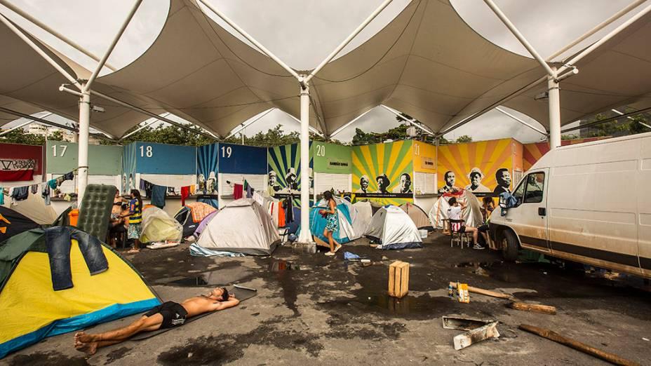Torcedores argentinos no Terreirão do Samba, ao lado do sambódromo, no Rio de Janeiro