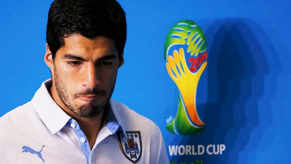 Luis Suárez comparece à uma coletiva de imprensa, em Natal