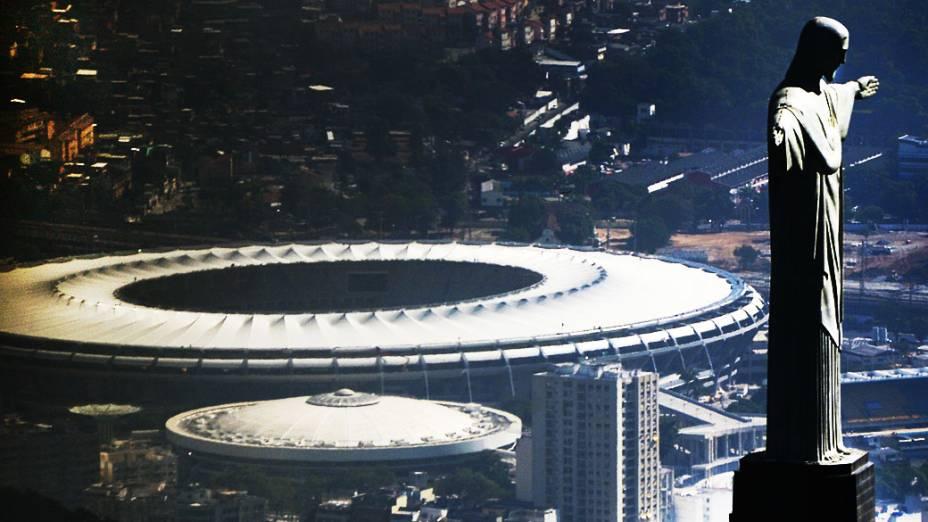 Vista aérea da estátua do Cristo Redentor no topo do Corcovado e do Maracanã, estádio no Rio de Janeiro, Brasil