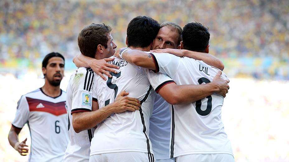 Jogadores da Alemanha comemoram gol marcado por Mats Hummels contra a França no Maracanã, no Rio