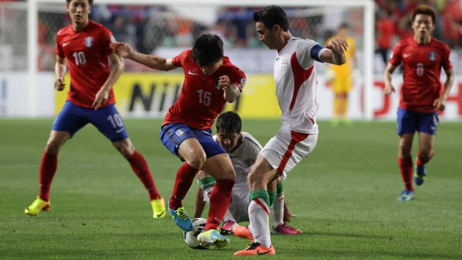 Disputa de bola durante jogo entre Coreia do Sul e Irã no Estádio Munsu Cup, em Ulsan, Coreia do Sul