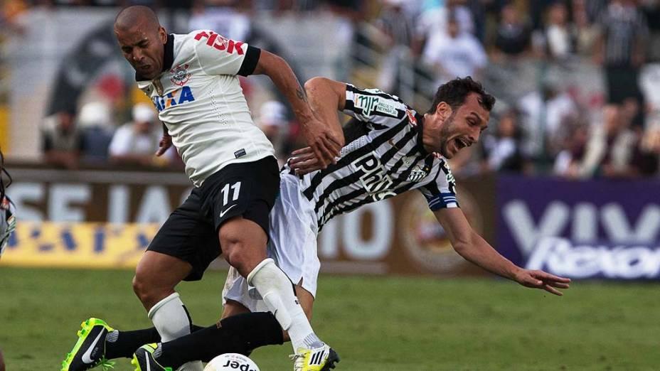 Edu Dracena e Emerson durante lance no jogo entre Corinthians e Santos, na primeira partida válida pela final do Campeonato Paulista realizada no Estádio do Pacaembu, São Paulo