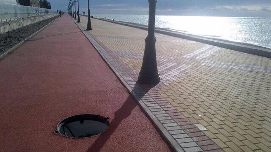 Bueiro sem tampa em uma calçada da vila olímpica