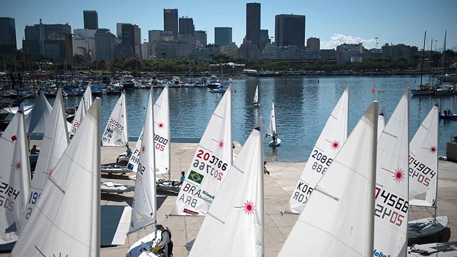 Barcos à vela são vistos durante sessão de treinos antes do primeiro evento teste para os Jogos Olímpicos e Paralímpicos de 2016 , na Marina da Glória, no Rio de Janeiro