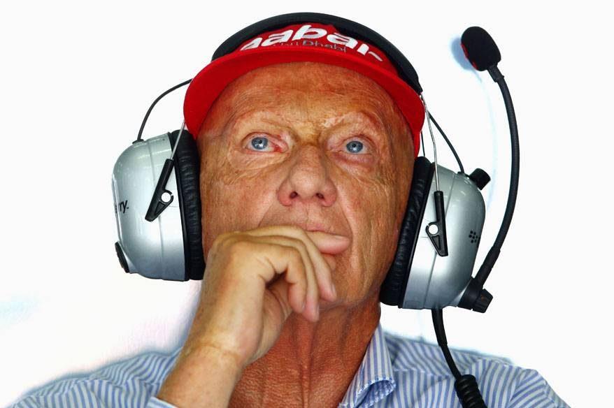 Niki Lauda observa os tempos da Mercedes durante os treinos para o GP da Malásia de 2013