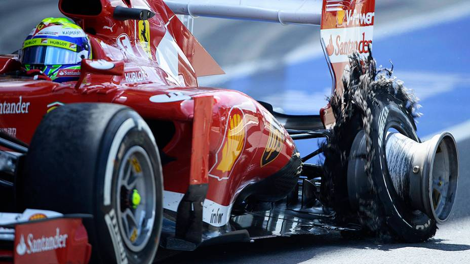 Ferrari de Massa entra no pit com um pneu furado durante o Grande Prêmio de Silverstone