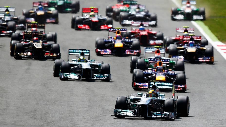 Lewis Hamiltonlidera o grupo no início do GP de Silverstone
