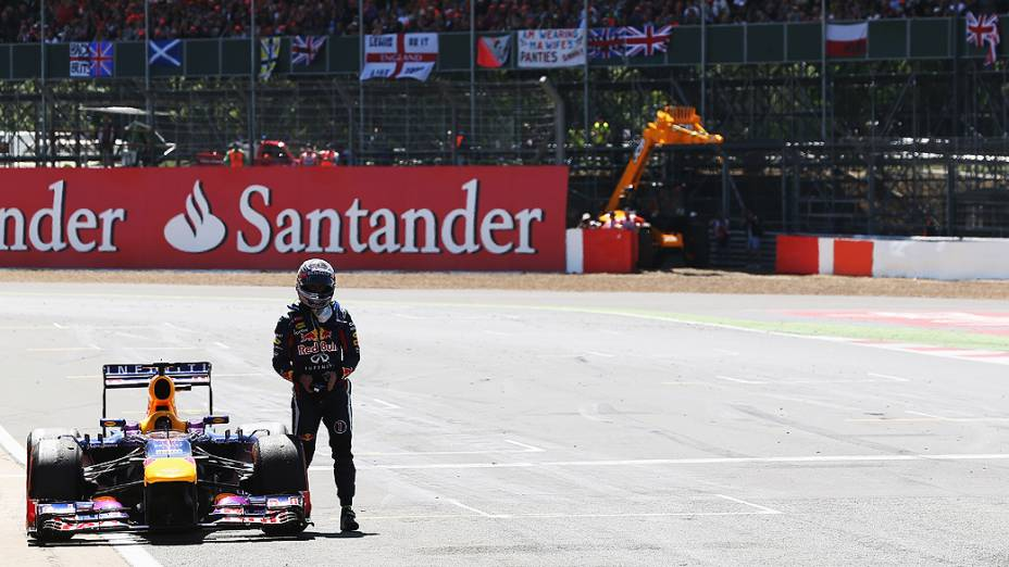 Sebastian Vettel da Alemanha e da Infiniti Red Bull Racing abandona a corrida reta principal com falha de motor durante o GP no Circuito de Silverstone