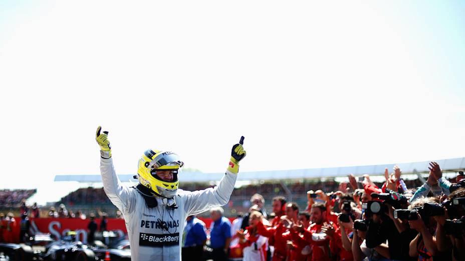 Nico Rosberg da Alemanha e da Mercedes GP comemora em parque fechado depois de vencer o GP de Silverstone