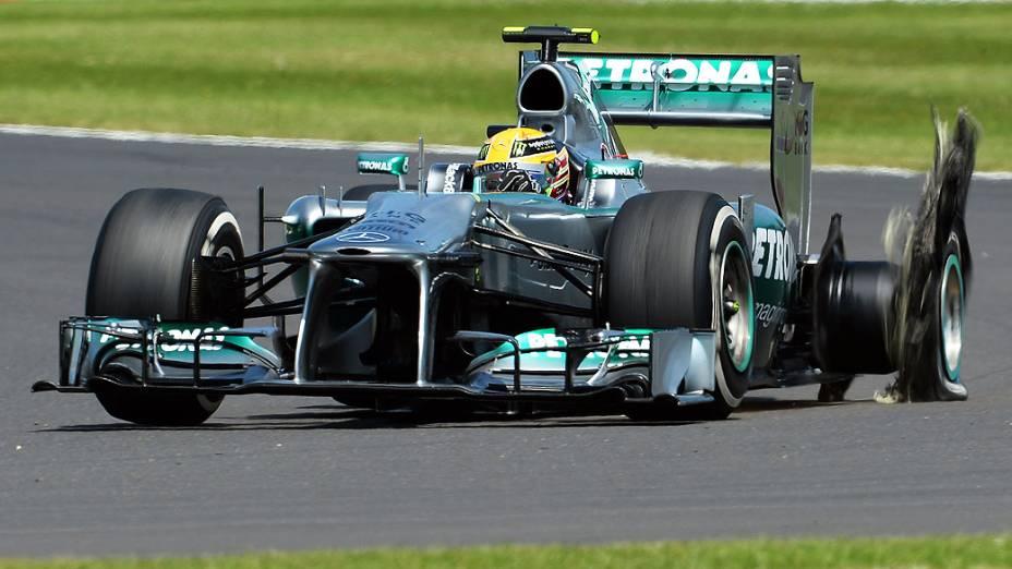 Lewis Hamilton daMercedes tem uma falha no pneu traseiro esquerdo durante o GP de Silverstone