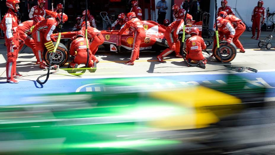 Ferrari de Fernando Alonso da Espanha faz um pit stop durante o Grande Prêmio da Inglaterra no circuito de Silverstone