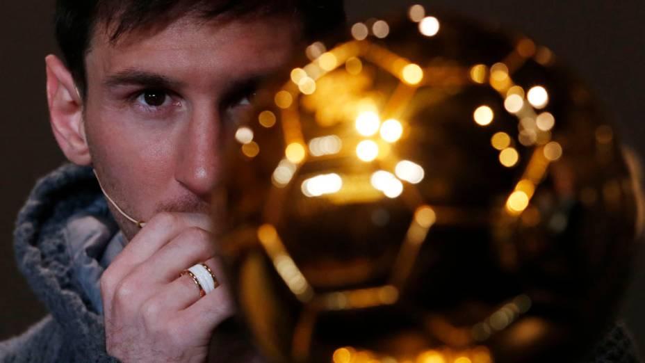 Lionel Messi olha para o troféu da Bola de Ouro da Fifa antes da cerimônia de premiação em Zurique, Suíça