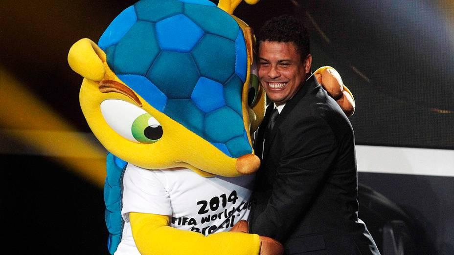 Ronaldo abraça o mascote da Copa do Mundo do Brasil durante premiação da Bola de Ouro da Fifa em Zurique, Suíça