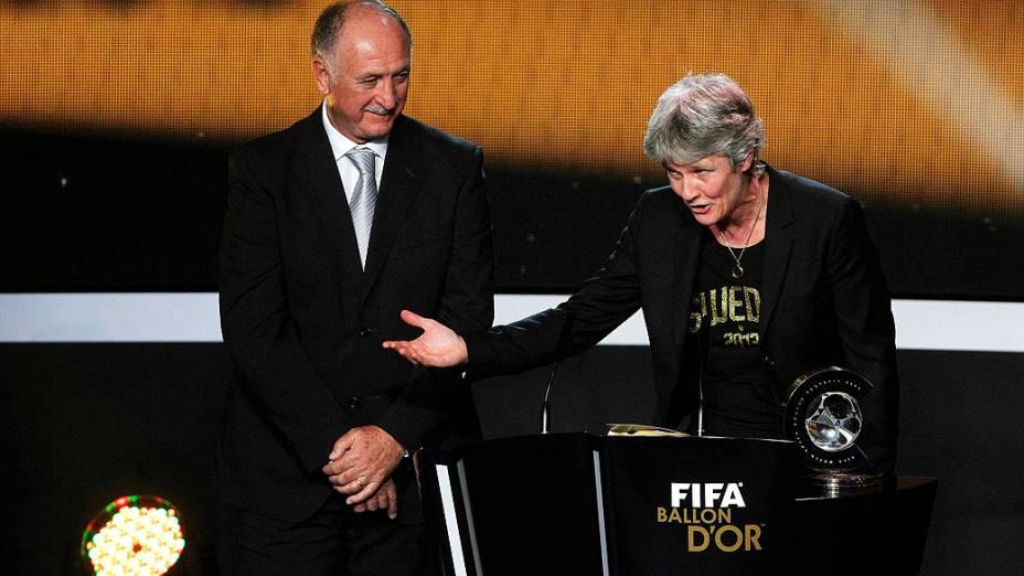 Luiz Felipe Scolari entrega o prêmio de melhor treinador de futebol feminino para Pia Sundhage, treinadora da seleção dos Estados Unidos