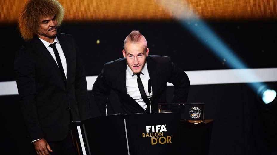 Atacante Miroslav Stoch do Fenerbahçe, recebe o prêmio Puskas das mãos do ex-jogador colombiano Carlos Valderrama durante a cerimônia de premiação da Bola de Ouro da FIFA em Zurique