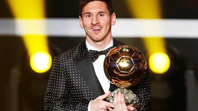 Lionel Messi recebe a Bola de Ouro da FIFA eleito como melhor jogador do mundo pela 4ª vez consecutiva
