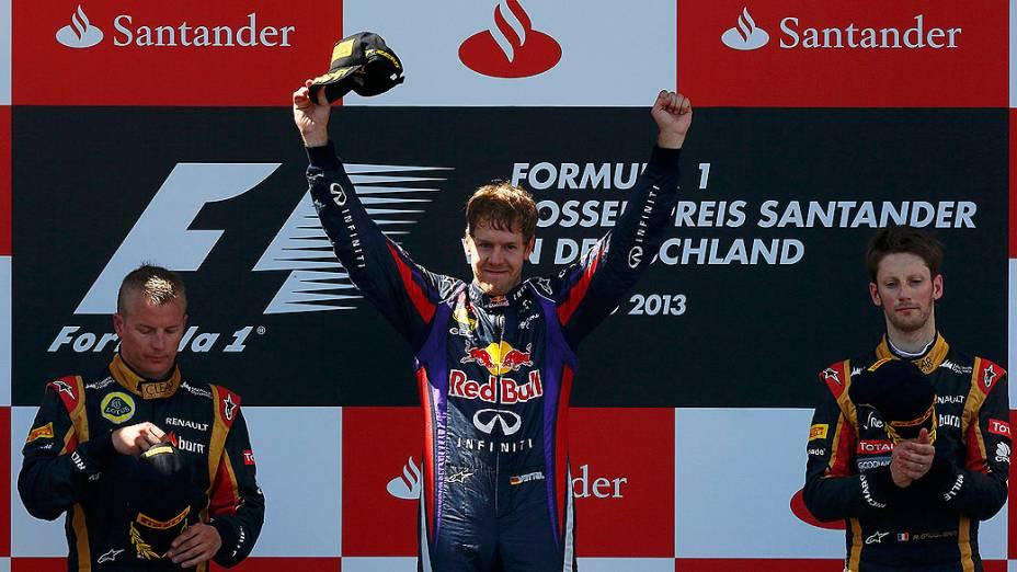 Sebastian Vettel da Red Bull comemora a vitória em casa, pela primeira vez, no GP da Alemanha, em Nürburgring. A segunda colocação ficou com o finlandês Kimi Raikonnen da Lotus, seu companheiro de equipe, o francês Romain Grosjean, completou o pódio