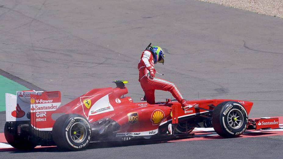 Felipe Massa abandonou a provo logo na quarta volta com aparente problema mecânico que o levou a perder o controle do carro
