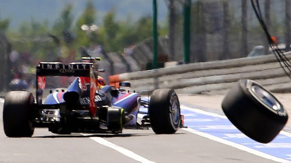 Um cinegrafista foi levado ao centro médico após ser atingido por uma roda que se desprendeu do carro do australiano Mark Webber da Red Bull durante a realização de um pit-stop