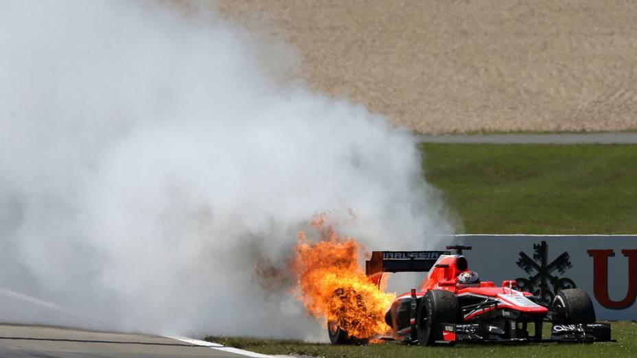 O carro do francês Jules Bianchi da Marussia pega fogo durante a corrida, em Nürburgring