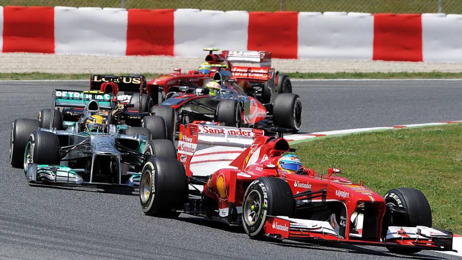 Piloto espanhol Fernando Alonso, da Ferrari epiloto britânico da Mercedez Lewis Hamilton, durante GP da Espanha, no circuito da Catalunha, em Montmeló