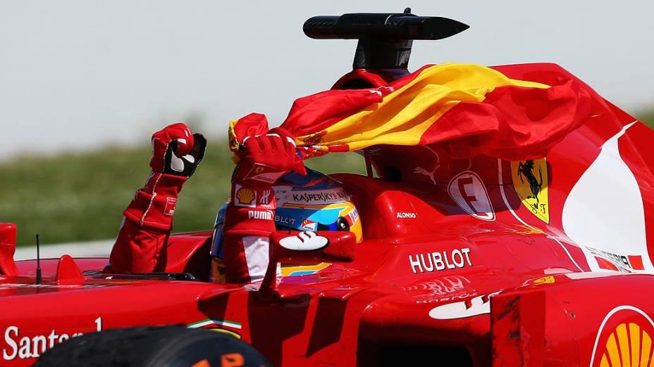 Piloto espanhol Fernando Alonso, da Ferrari comemora o 1º lugar no GP da Espanha, no Circuito da Catalunha, em Montmeló