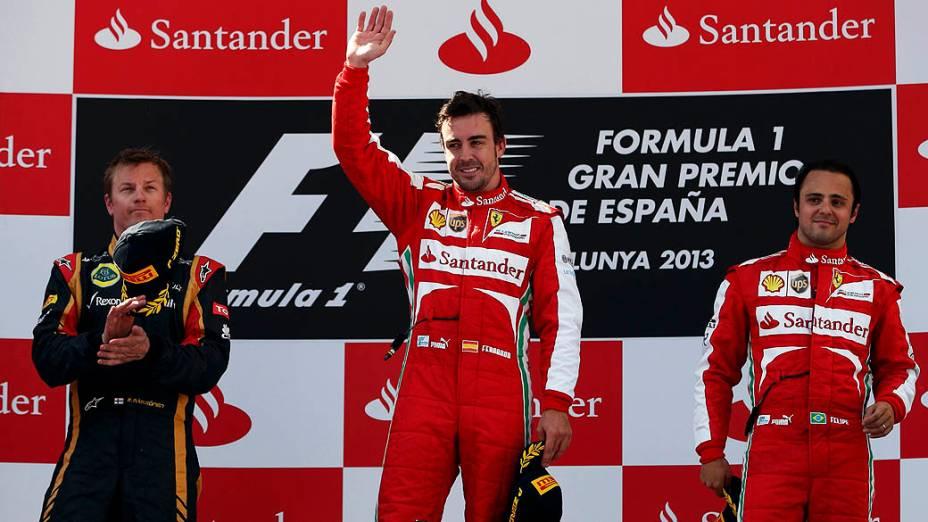 Fernando Alonso agradece a multidão depois de vencer GP da Espanha, no circuito da Catalunha, em Montmeló. Em segundo lugar está Kimi Raikkonen da Lotus e em terceiro lugar Felipe Massa da Ferrari