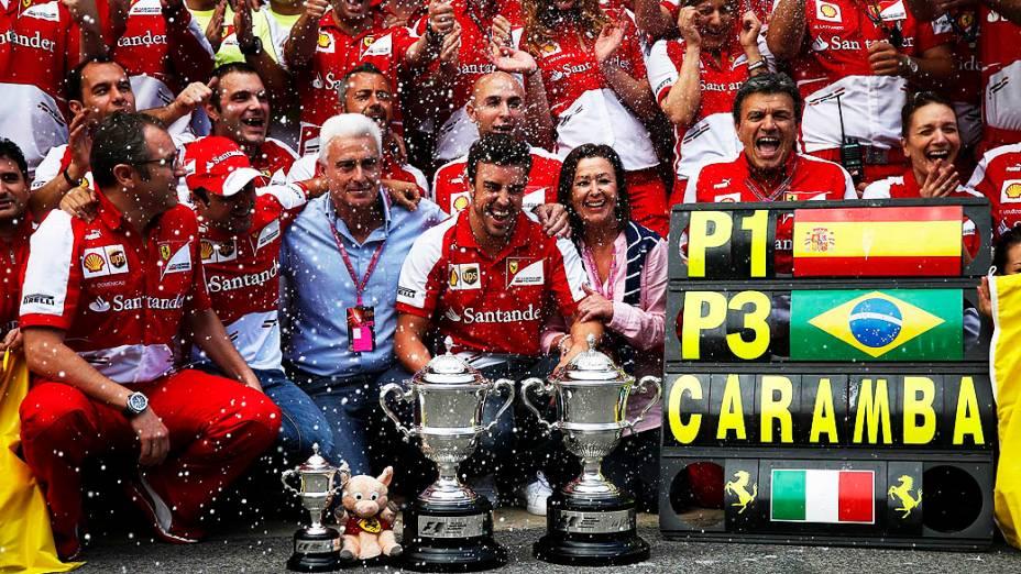 Equipe da Ferrari celebra com Fernando Alonso ao lado de seu pai José Luis Alonso e sua mãe Ana Diaz, e Felipe Massa em frente de sua garagem depois doGP da Espanha, no circuito da Catalunha, em Montmeló