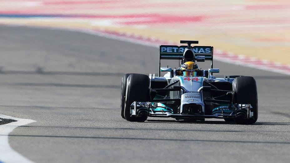 Piloto Lewis Hamilton, da Mercedes, durante o terceiro dia de testes da Fórmula 1, em Barein